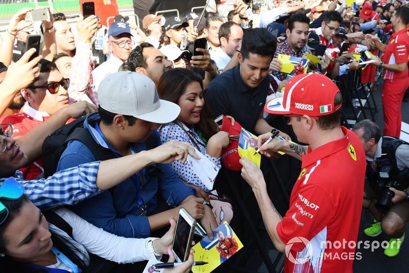 Kimi Raikkonen, Ferrari firma autógrafos