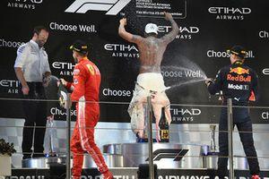 Победитель Льюис Хэмилтон, Mercedes AMG F1, директор по коммуникациям Брэдли Лорд, второе место – Себастьян Феттель, Ferrari, третье место – Макс Ферстаппен, Red Bull Racing