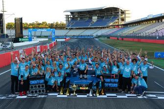 Gary Paffett, Mercedes-AMG Team HWA celebrate with the team