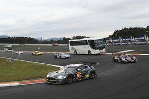 #98 Aston Martin Racing Aston Martin Vantage: Paul Dalla Lana, Pedro Lamy, Mathias Lauda met de circuit safari bus