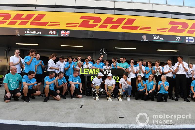 Lewis Hamilton, Mercedes AMG F1 celebra la victoria con Valtteri Bottas, Mercedes AMG F1, George Russell, Mercedes AMG F1 y el equipo