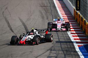 Kevin Magnussen, Haas F1 Team VF-18, devant Esteban Ocon, Racing Point Force India VJM11