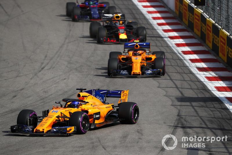 Fernando Alonso, McLaren MCL33, memimpin Stoffel Vandoorne, McLaren MCL33, dan Daniel Ricciardo, Red Bull Racing RB14