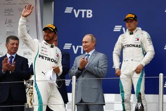 Podium: winnaar Lewis Hamilton, Mercedes AMG F1, tweede Valtteri Bottas, Mercedes AMG F1