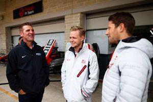 Stewart-Haas Racing NASCAR coureur Clint Bowyer met Kevin Magnussen, Haas F1 Team, en Romain Grosjean, Haas F1 Team