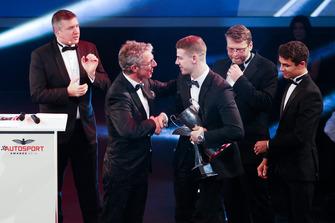 Le vainqueur du McLaren Autosport BRDC Award, Tom Gamble sur scène avec Jason Plato