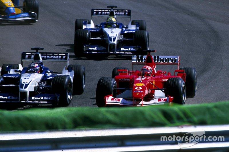 Schumacher disputando posição com Juan Pablo Montoya e Ralf Schumacher, seu irmão mais novo