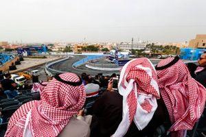 Tifosi in attesa dell'azione in pista