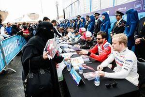 Jérôme d'Ambrosio, Mahindra Racing, Felix Rosenqvist, Mahindra Racing signent des autographes pour les fans