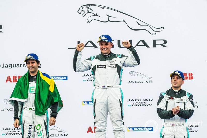 Ganador, Simon Evans, Team Asia New Zealand celebra con el segundo lugar, Sérgio Jimenez, Jaguar Brazil Racing, tercero, Bryan Sellers, Rahal Letterman Lanigan Racing