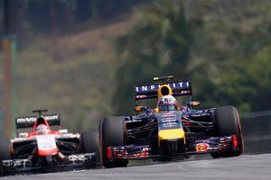 Daniel Ricciardo, Red Bull Racing RB10 Renault, y Jules Bianchi, Marussia MR03 Ferrari