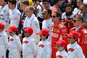 Valtteri Bottas, Mercedes AMG F1, Lewis Hamilton, Mercedes AMG F1, Sebastian Vettel, Ferrari and Kimi Raikkonen, Ferrari with grid kids