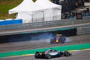 Lewis Hamilton, Mercedes AMG F1 W09, supera un Max Verstappen, Red Bull Racing RB14 Tag Heuer, in testacoda dopo un contatto con Esteban Ocon, Force India VJM11 Mercedes