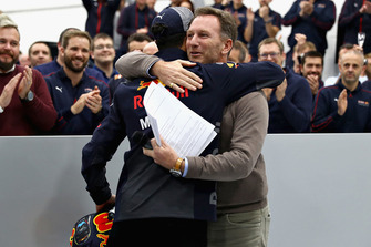 Red Bull Racing teambaas Christian Horner knuffelt Daniel Ricciardo, Red Bull Racing