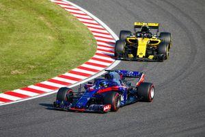 Brendon Hartley, Toro Rosso STR13, za nim Carlos Sainz Jr., Renault Sport F1 Team R.S. 18