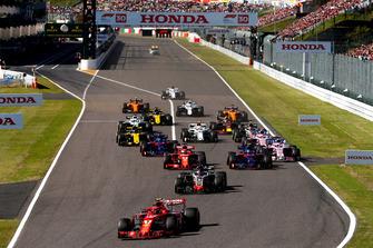 Kimi Raikkonen, Ferrari SF71H, voor Romain Grosjean, Haas F1 Team VF-18, Pierre Gasly, Scuderia Toro Rosso STR13, Sebastian Vettel, Ferrari SF71H, Brendon Hartley, Toro Rosso STR13, Sergio Perez, Racing Point Force India VJM11, bij de start