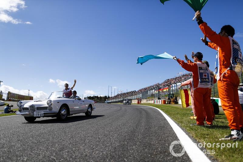 Los comisarios ondean las banderas al paso de Charles Leclerc, Sauber