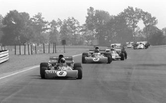 Jackie Stewart, Tyrrell 003 delante de su compañero, François Cevert, y Denny Hulme, Mclaren M19A