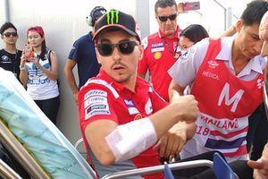 Хорхе Лоренсо, Ducati Team, перевозят в госпиталь после аварии