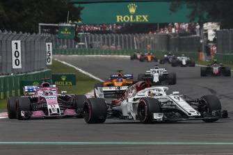 Marcus Ericsson, Sauber C37 and Esteban Ocon, Racing Point Force India VJM11 battle