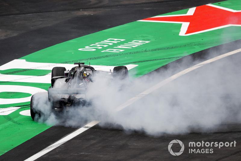 Lewis Hamilton, Mercedes AMG F1 W09 EQ Power +, realiza donas después de asegurar su quinto título mundial de pilotos