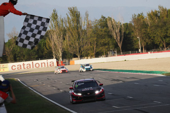 Checkered flag Attila Tassi, Hell Energy Racing with KCMG Honda Civic Type R TCR