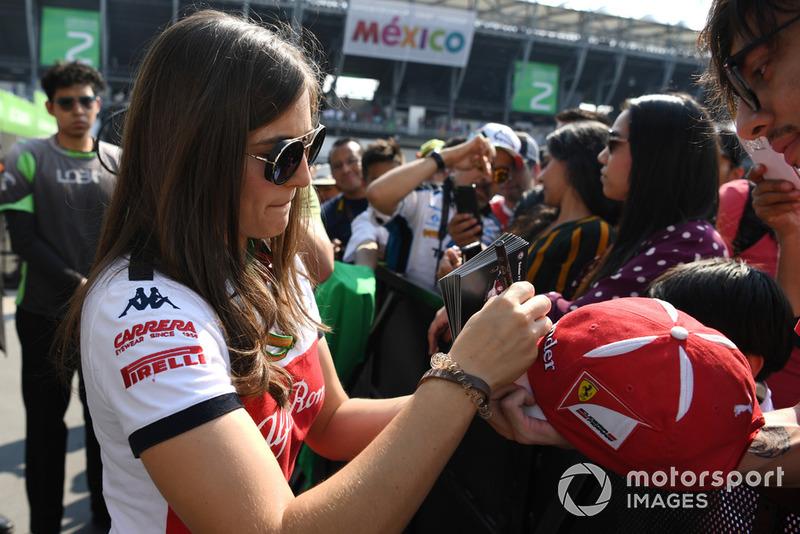 Tatiana Calderón, Sauber piloto de prueba firma autógrafos para los fanáticos