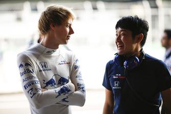 Brendon Hartley, Scuderia Toro Rosso, discute avec un ingénieur Honda