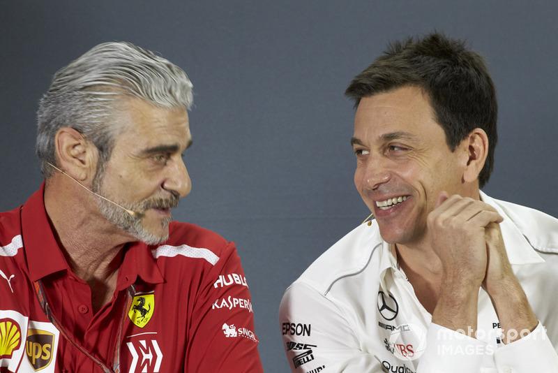 Maurizio Arrivabene, Director de Equipo, Ferrari, y Toto Wolff, Director Ejecutivo (Negocios), Mercedes AMG, en la Conferencia de Prensa de los directores de equipo