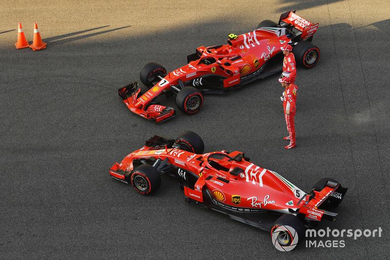 Kimi Raikkonen, Ferrari y Sebastian Vettel, Ferrari con el Ferrari SF71H en la foto de equipo de Ferrari