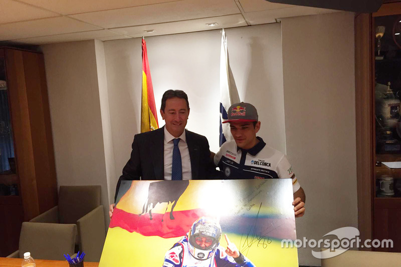 Jorge Martín ofreció el título de Moto3, a Manuel Casado, presidente Federación Motociclismo y a todos los aficionados