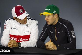 Marcus Ericsson, Sauber y Stoffel Vandoorne, McLaren en la conferencia de prensa