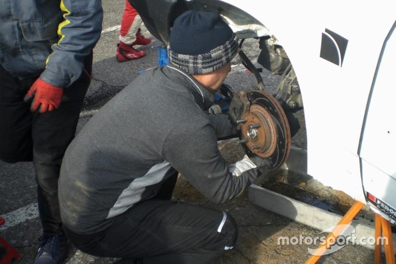 Механік SCS усуває наслідки аварії Антона Поляничко