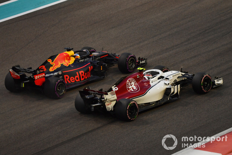 Charles Leclerc, Sauber C37 Y Max Verstappen, Red Bull Racing RB14 battle