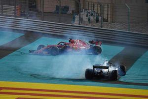 Lewis Hamilton, Mercedes-AMG F1 W09 e Sebastian Vettel, Ferrari SF71H, eseguono dei donut alla fine della gara