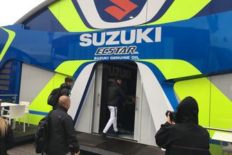 Joan Mir al suo arrivo alla Suzuki nel paddock di Cheste, Valencia