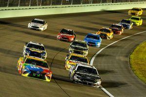 Kyle Busch, Joe Gibbs Racing, Toyota Camry M&M's e Aric Almirola, Stewart-Haas Racing, Ford Fusion Smithfield
