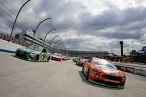 Kevin Harvick, Stewart-Haas Racing, Ford Fusion and #18: Kyle Busch, Joe Gibbs Racing, Toyota Camry leading the field