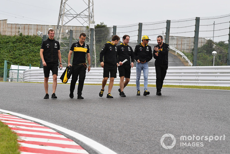 Carlos Sainz Jr., Renault Sport F1 Team camina por el circuito