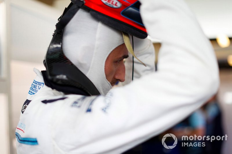 Robert Kubica, Williams Martini Racing, puts on his crash helmet