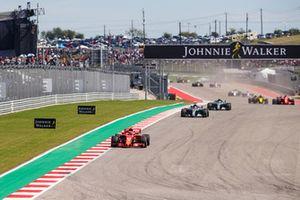 Kimi Raikkonen, Ferrari SF71H, Lewis Hamilton, Mercedes AMG F1 W09 EQ Power+, Valtteri Bottas, Mercedes AMG F1 W09 EQ Power+, y el resto del grupo