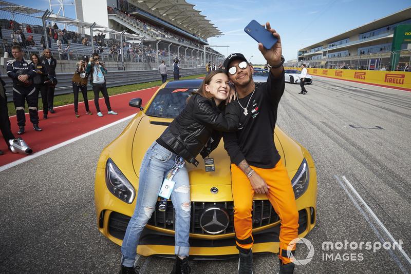 Lewis Hamilton, Mercedes AMG F1, toma una foto con la actriz Millie Bobby Brown