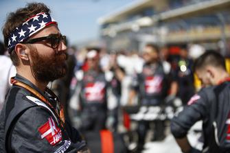Un mécanicien Haas F1 mechanic sur la grille avec un bandeau aux couleurs américaines