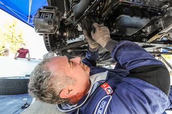 Un meccanico Peugeot Sport Italia al lavoro