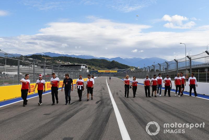 Charles Leclerc, Sauber, Antonio Giovinazzi, Sauberet Marcus Ericsson, Sauber parcourent la piste à pied