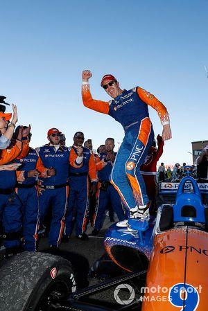 El campeón Scott Dixon, Chip Ganassi Racing Honda, celebra su campeonato