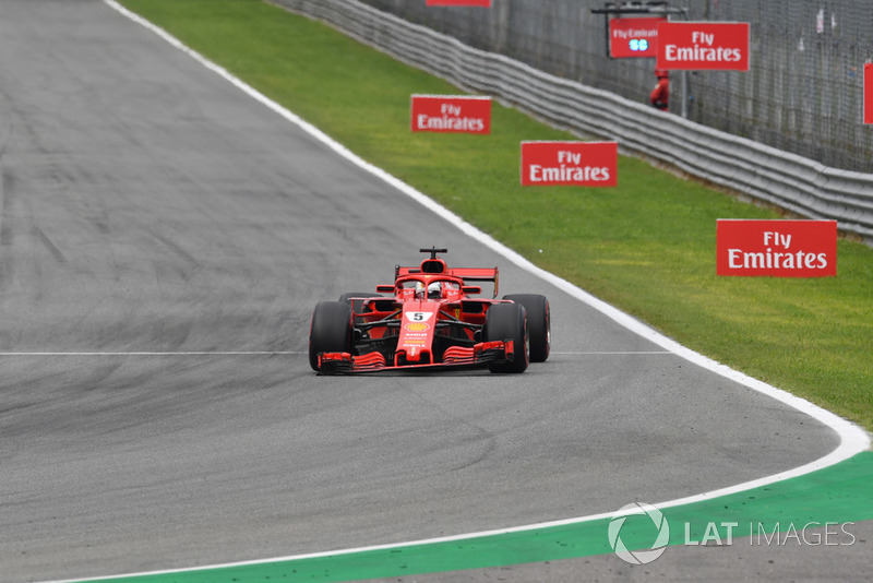 Sebastian Vettel, Ferrari SF71H con ala frontal rota desde la vuelta 1