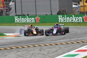 Daniel Ricciardo, Red Bull Racing RB14 and Brendon Hartley, Scuderia Toro Rosso STR13 battle