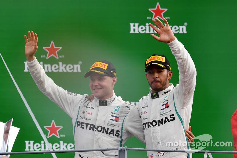 Le vainqueur Lewis Hamilton, Mercedes AMG F1, le troisième, Valtteri Bottas, Mercedes AMG F1