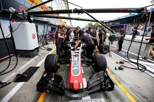 Pit stop practise with the car of Romain Grosjean, Haas F1 Team VF-18